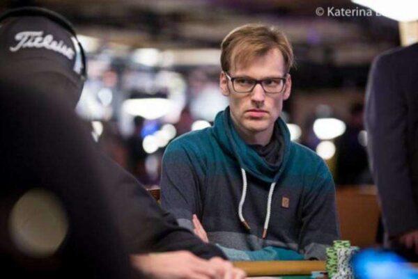 Đọc vị đối thủ thông qua những cử chỉ thường gặp trong poker
